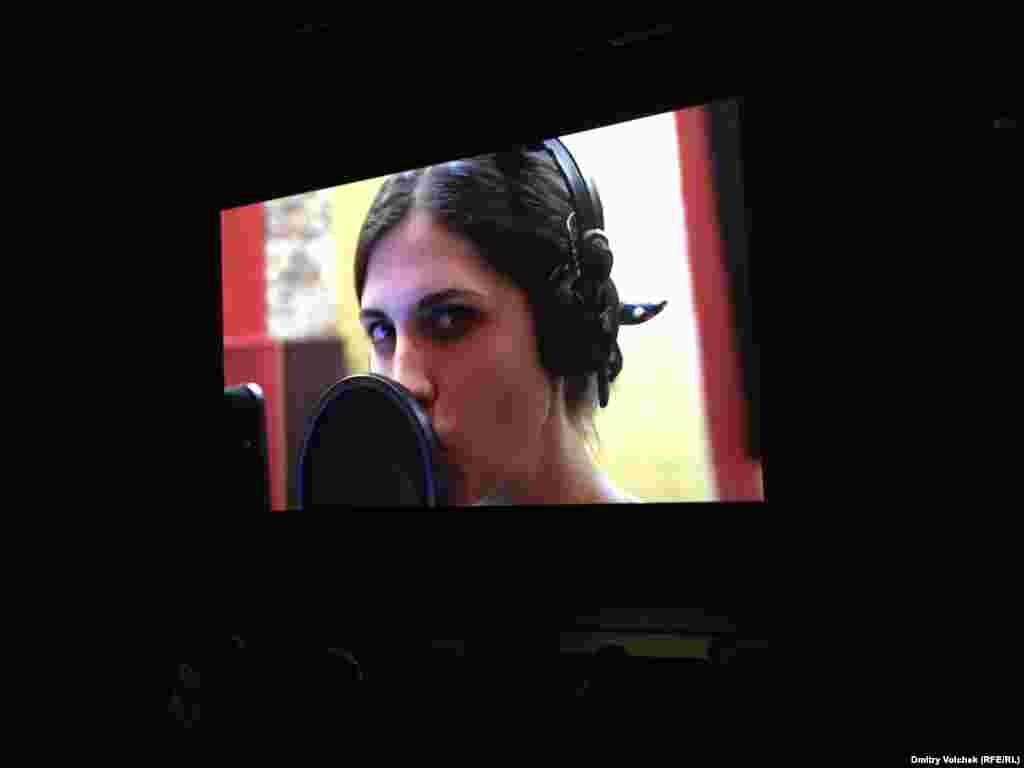 Pussy Riot тобы туралы фильмнің бірінші бөлімі 2013 жылы Амстердам фестивалінде жүлде иеленген еді. Әлі бітпеген «Pussy vs Putin 2» сиквелін Роттердамда Надежда Толоконникова, Мария Алехина мен Петр Верзилов таныстырды.