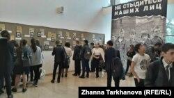 На выставке представлены уникальные фотографии узников концлагерей, регистрационные карточки, а также предметы быта военнопленных