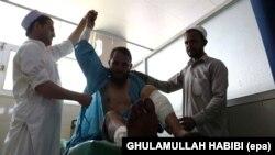 Një person i plagosur nga një sulm i mëparshëm i talibanëve me mortajë duke u mjekuar në spital