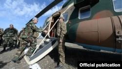 Presidenti armen, Serzh Sarkisian, sot, duke hipur në helikopterë, për të udhëtuar në drejtim të, Nagorno-Karabakh.