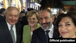 Նախագահ Արմեն Սարգսյանը, վարչապետ Նիկոլ Փաշինյանը, Գերմանիայի կանցլեր Անգելա Մերկելը և վարչապետի տիկին Աննա Հակոբյանը զբոսնում են Հյուսիսային պողոտայում