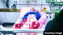 An undated photograph that appeared on the Facebook page of the daughter of Iranian Green movement leader Mir Hussein Musavi, apparently showing him in a hospital bed.
