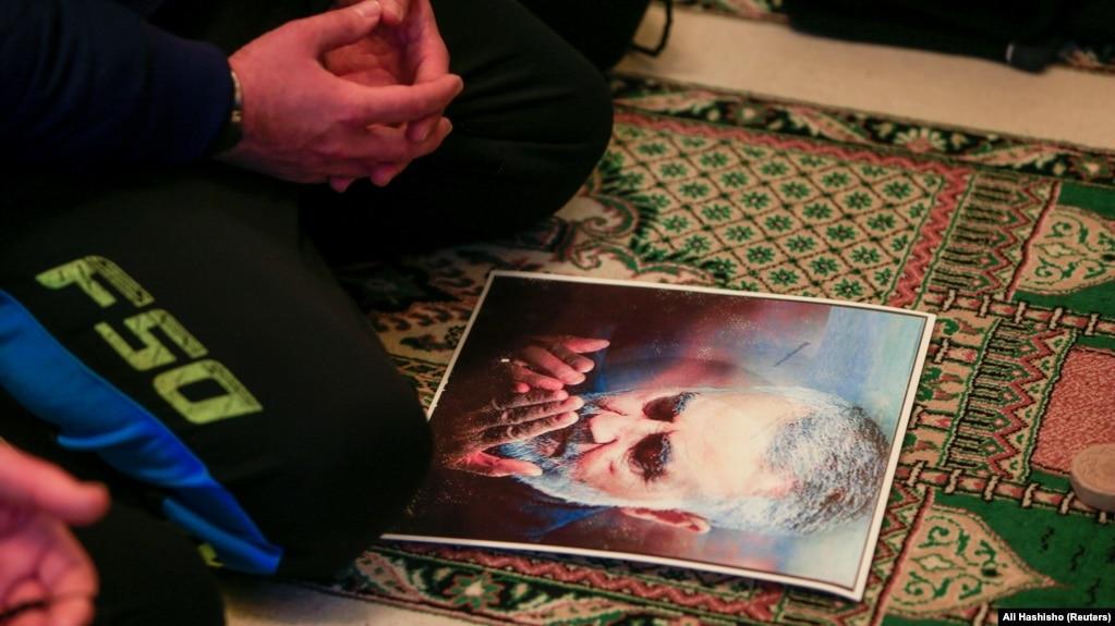یک نمازگزار لبنانی پوستر قاسم سلیمانی را در مراسم نمازجمعه مقابل خود قرار داده است.
