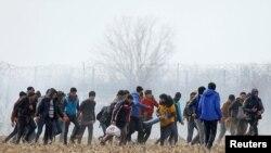 Мигранти в ничията земя между гръцко-турската граница край Одрин