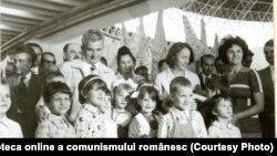 Nicolae Ceauşescu și Elena Ceauşescu la Târgul de mostre şi bunuri de consum de la Complexul Expoziţional din Piaţa Scânteii.(20.VIII.1977) Sursa: Fototeca online a comunismului românesc; cota:152/1977