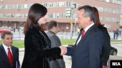 Kryeparlamentarja shqiptare Jozefina Topalli, dhe homologu i saj maqedonas, Trajko Veljanovski.