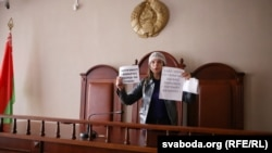 Натальля Гарачка падчас аднаго з судовых працэсаў