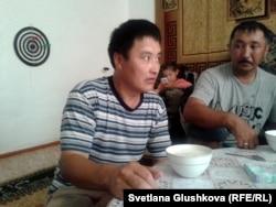 Максат Есенбаев (слева), житель села Корганбай. 8 июля 2014 года.