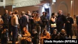 Люди у тюрьмы в Минске. 14 августа 2020 года.