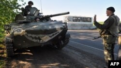 Ukrainian soldiers at a newly erected checkpoint near the eastern Ukrainian city of Slavyansk on April 25.