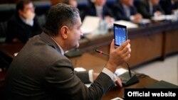 Прем'єр-міністр Вірменії демонструє майбутній пристрій