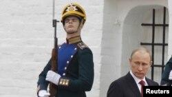 Putin Kremlde geçirilen inaugurasiýa dabarasyndan soň, Moskwa, 8-nji maý.