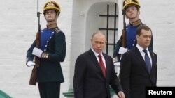 Վլադիմիր Պուտինը եւ Դմիտրի Մեդվեդեւը Ռուսաստանի նախագահի երդմնալակության արարողության ժամանակ, Մոսկվա, Կրեմլ, 7-ը մայիսի, 2012թ.
