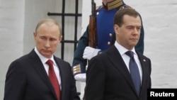 Ресей президенті Владимир Путин (сол жақта) бұрынғы президент Дмитрий Медведевпен бірге инаугурация кезінде. Мәскеу, 7 мамыр 2012 жыл.
