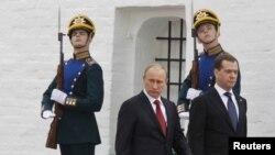 Վլադիմիր Պուտինը եւ Դմիտրի Մեդվեդեւը Ռուսաստանի նախագահի երդմնակալության արարողության ժամանակ, Մոսկվա, Կրեմլ, 7-ը մայիսի, 2012թ.