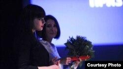 Нигина Сайфуллоeва дар Женева, ҳангоми гирифтани ҷоизаи ҷашнвораи KINO-2014
