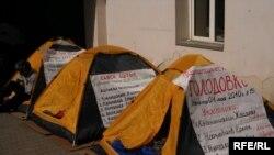 Палатки для участников голодовки активистов оппозиции. Алматы, 11 мая 2010 года.