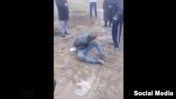 Кадр из видео о самосуде над подозреваемым в педофилии.