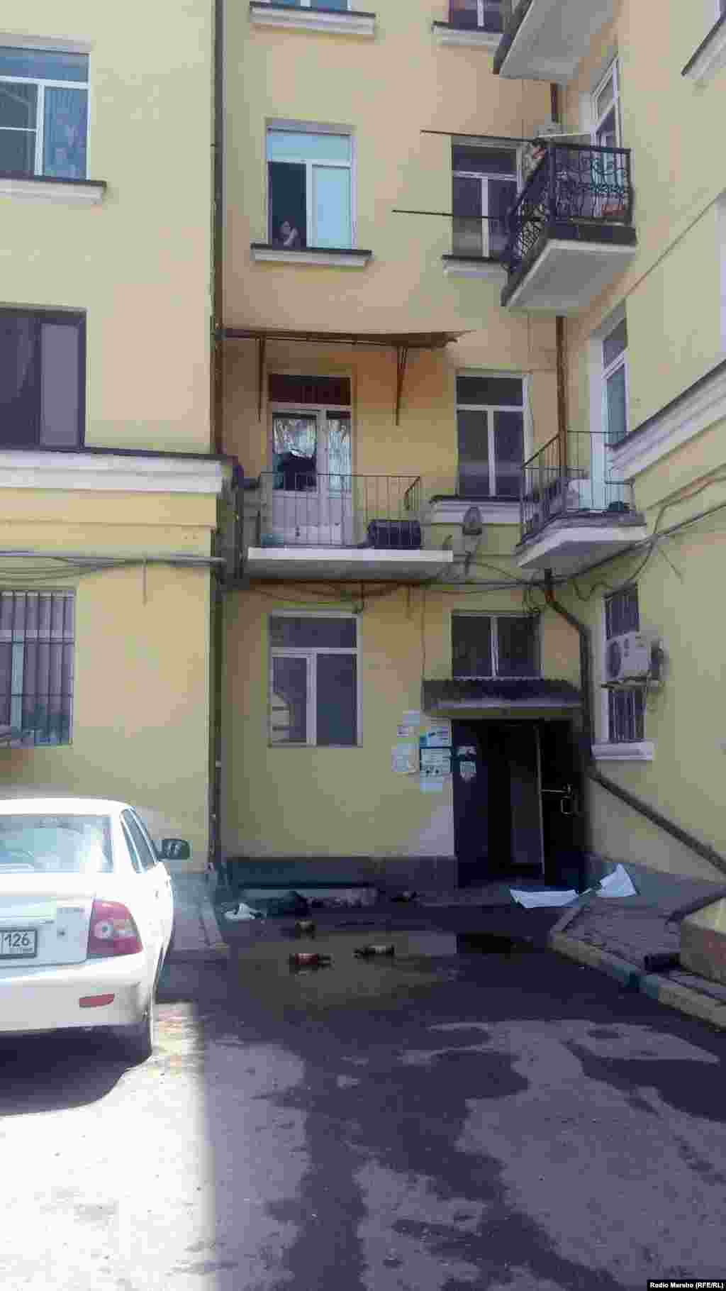 Люди в масках сначала взломали дверь в подъезд, один из них взобрался на балкон второго этажа, разбил балконные стекла и бросил в кухню краску