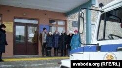 Будынак Крычаўскага раённага суду. Ля ўваходу частка пацярпелых