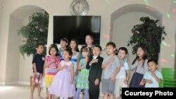 Дети в воскресной школе в Техасе, где обучают казахскому языку. Фото Мерзет Алип.