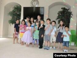 Хьюстондағы жексенбілік қазақ мектебіндегі балалар. АҚШ, 2015 жылдың қазаны.