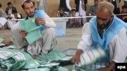 Члены избирательной комиссии на участке в Кандагаре. 5 апреля 2014 года.