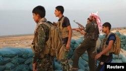 Luftëtarët fisnorë kundër militantëve të Shtetit Islamik në provincën Anbar në Irak