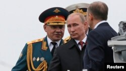 Ռուսաստանի նախագահ Վլադիմիր Պուտինը և պաշտպանության նախարար Սերգեյ Շոյգուն Սևծովյան նավատորմի զորատես են անցկացնում Ղրիմում, Սևաստոպոլ, 9-ը մայիսի, 2014թ․