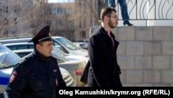 Привід Леоніда Кузьміна в поліцію після мітингу на честь річниці Тараса Шевченка 9 березня 2015 року в Сімферополі, архів