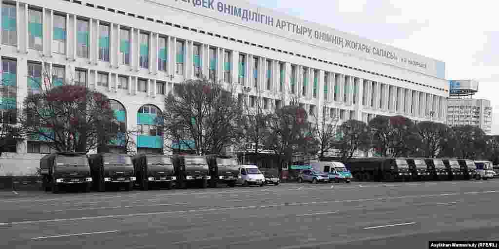 Полицейские машины на центральной площади Алматы, 16 декабря 2018 года.
