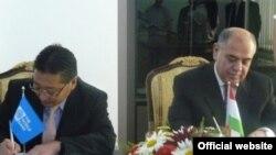 Министр финансов Таджикистана Сафарали Наджмиддинов и региональный директор Всемирного банка по Центральной Азии Моту Кониши подписывают соглашение, Душанбе, 23 июня 2011 года