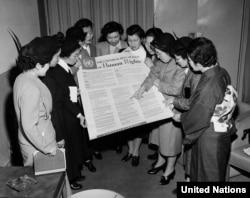 Жапониялык аялдардын тобу БУУнун башкы кеңсесинде Адам укуктарынын жалпы декларациясы менен таанышууда. Нью-Йорк, 24-февраль, 1950-жыл.