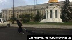 """Активист тащил """"гробы"""" по улицам Иркутка"""