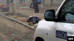 Автомобиль экспертов ОБСЕ на месте гибели людей при обстреле. Мариуполь, 24 января 2015 года.