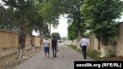 После ареста Ахмада Турсунбаева его кредиторы начали собираться возле его дома в Чиназе.
