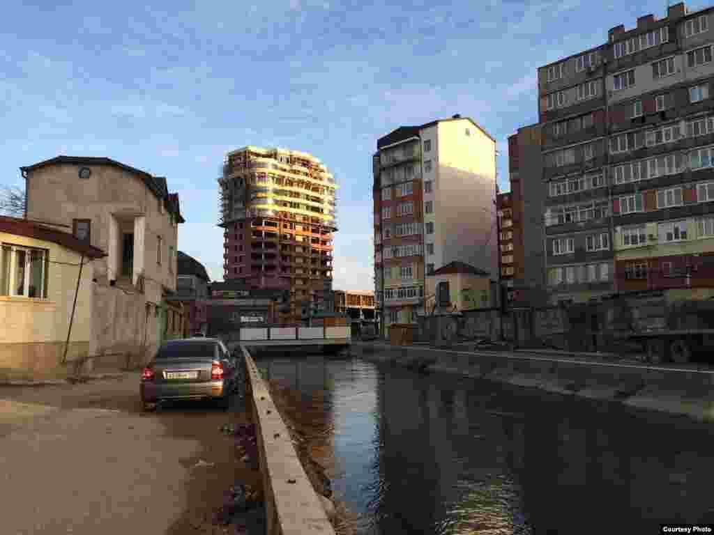 Сооружение, похожее на детскую площадку. Канал им. Октябрьской революции, откуда Махачкала получает питьевую воду.
