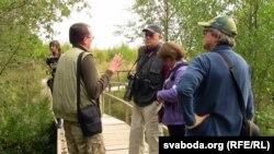 Дырэктар заказьніку «Ельня» Іван Барок вядзе экскурсію для высокіх гасьцей