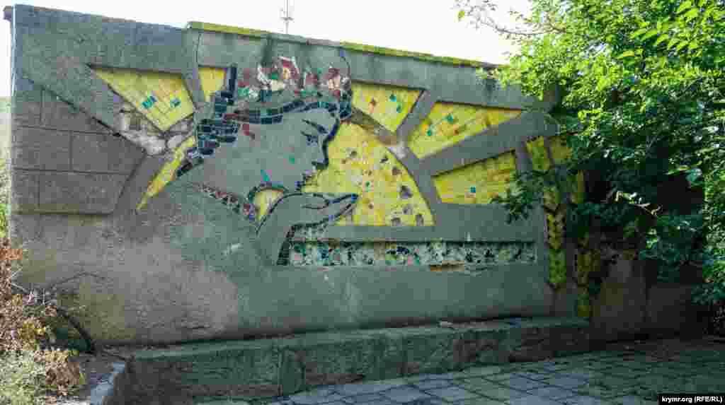 Автодорога Симферополь-Евпатория сразу же за городской чертой «ныряет» в двойной тоннель под взлетно-посадочной полосой центрального Симферопольского аэропорта. Почти сразу за тоннелем начинается село Родниковое (до 1948 года – Старый Кулчук)
