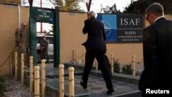 Госсекретарь США Джон Керри (в центре) прибыл в штаб-квартиру НАТО в Кабуле. 11 октября 2013 года