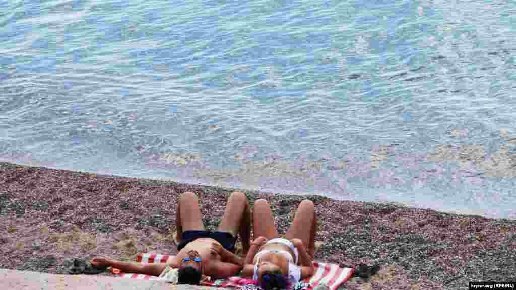 Парочка слушает шум моря
