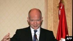 ویلیام هیگ، وزیر خارجه بریتانیا، در سفر به تونس، ۸ فوریه ۲۰۱۱.