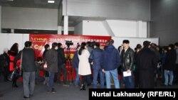 Посетители на выставке китайских товаров.