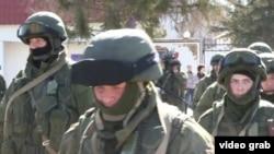 Симферополь яқинида жойлашган Украинага қарашли база олдидаги россиялик ҳарбийлар.