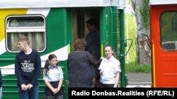 Юна залізничниця та її інструктор із шевроном у кольорах угруповання «ДНР»