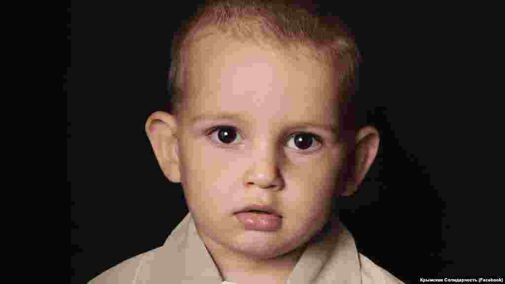 Пропавший Муса Сулейманов– сын гражданского журналиста, фигуранта второго симферопольского «дела Хизб ут-Тахрир»Руслана Сулейманова, признанного правозащитной организацией «Мемориал» политузником