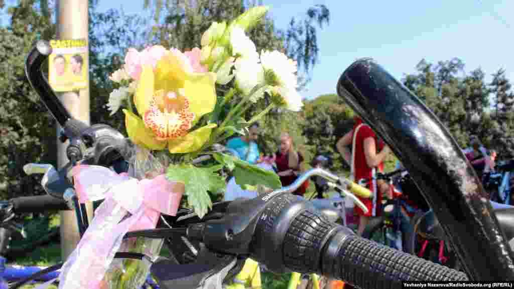 Жінки прикрасили свої велосипеди квітами та повітряними кульками