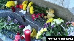 """Цветы, возложенные в память о погибших к стеле """"Ленинград"""" в Севастополе. 1 ноября 2015 года"""