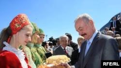 Czech Senate chairman Premysl Sobotka receives a traditional welcome in Kazan.
