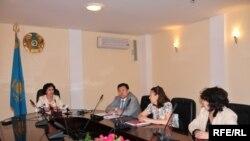 Нүкіс сотында айыпталып отырғандардың туыстары облыс әкімінің орынбасары Сара Нұрқатованың қабылдауында. Ақтөбе, 3 маусым 2009 ж.